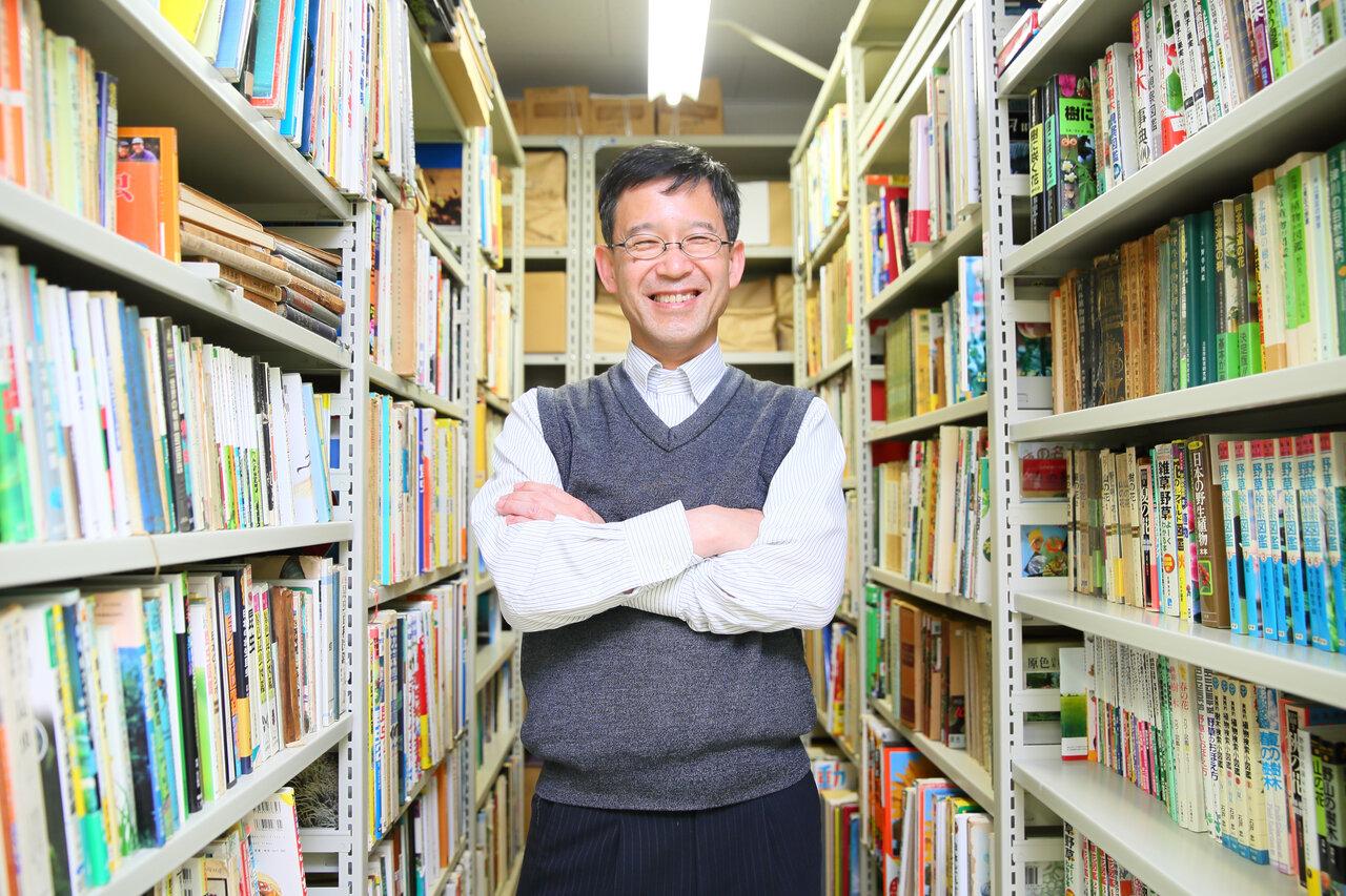 """図鑑は、東京・神保町の古本屋街をめぐって探すことが多いと言います。「今はコロナ禍で出かけられないのが残念です」(斎木先生)<br> <small class=""""font-small"""">写真:小松貴史</small>"""