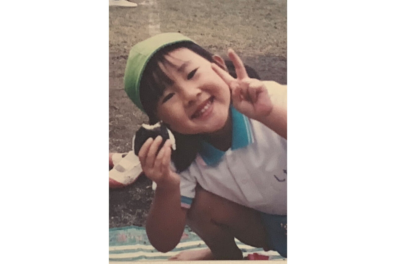 """4歳の頃のシオリーヌさん。取材中、クルクルと表情を変えながら、愛嬌たっぷりに話す姿に好奇心旺盛な子ども時代の面影がうかがえます。<br> <small class=""""font-small"""">写真提供:シオリーヌ</small>"""