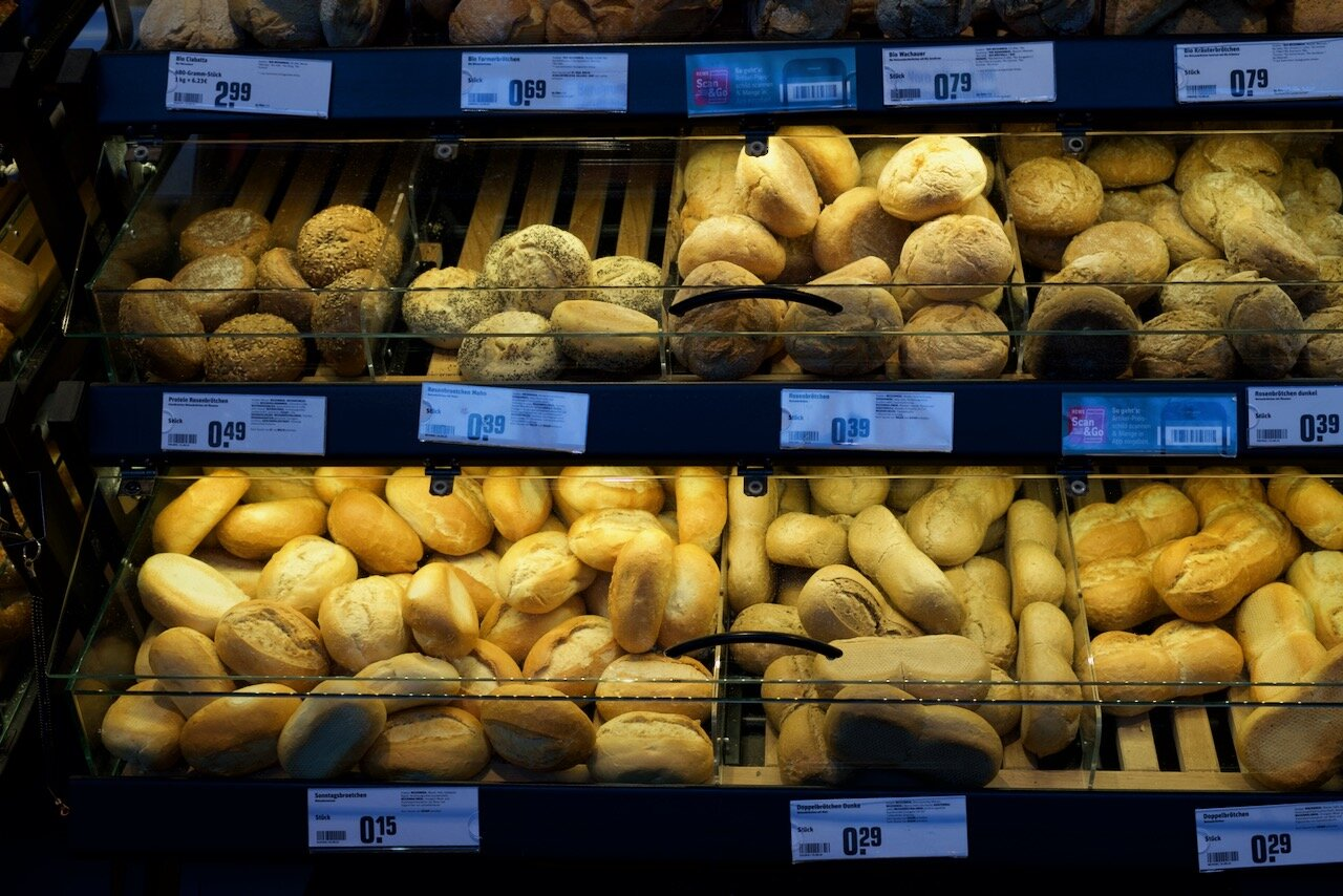 シュリッペ(写真左下)はこんな感じで店頭で売られています。ひとつ15セント(約20円)。  写真提供:希代真理子