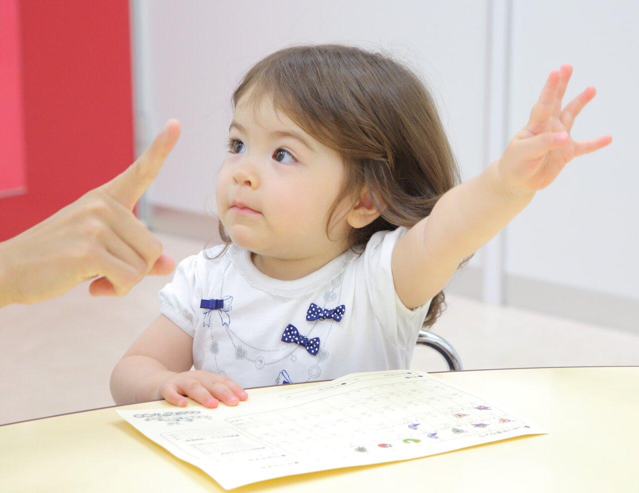 「講談社こども教室」 五感発達クラスレッスン風景<br> 出席調べ(名前を呼ばれたら、元気に返事をする)