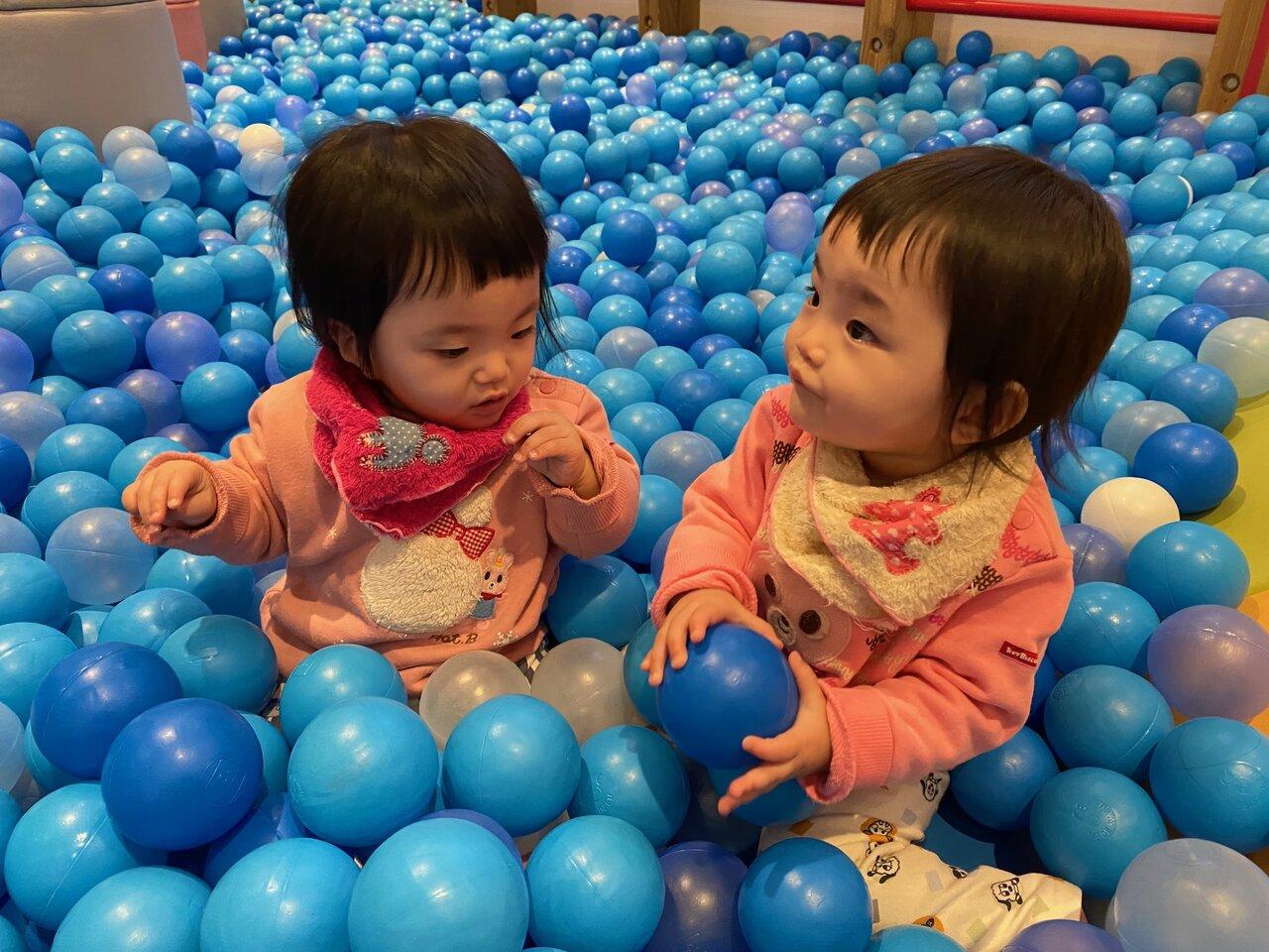 """成長とともに仲間意識が生まれてくるのか、2人だけの言葉で会話し、笑いながら遊ぶ姿が見られる。これは多胎育児ならではの楽しみ。  <small class=""""font-small"""">写真:松倉和華子</small>"""