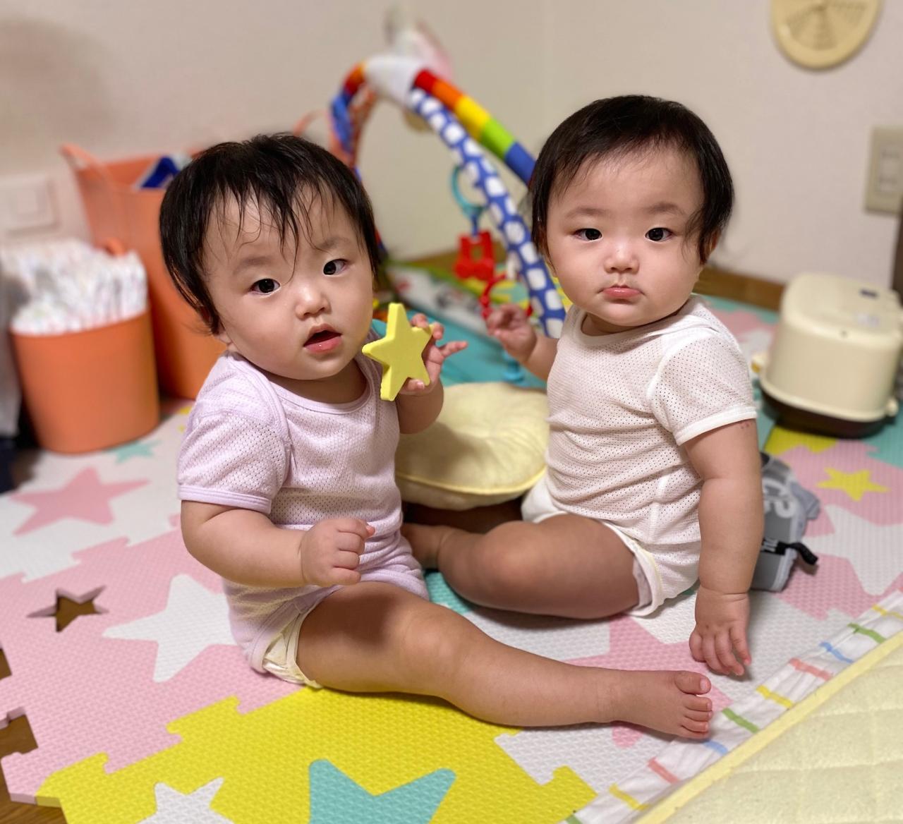 """多胎児の赤ちゃんは早産で小さく生むケースが多いが、単胎で生まれた子どもたちとの体格差は1歳くらいまでに急速に縮む。  <small class=""""font-small"""">写真:松倉和華子</small>"""