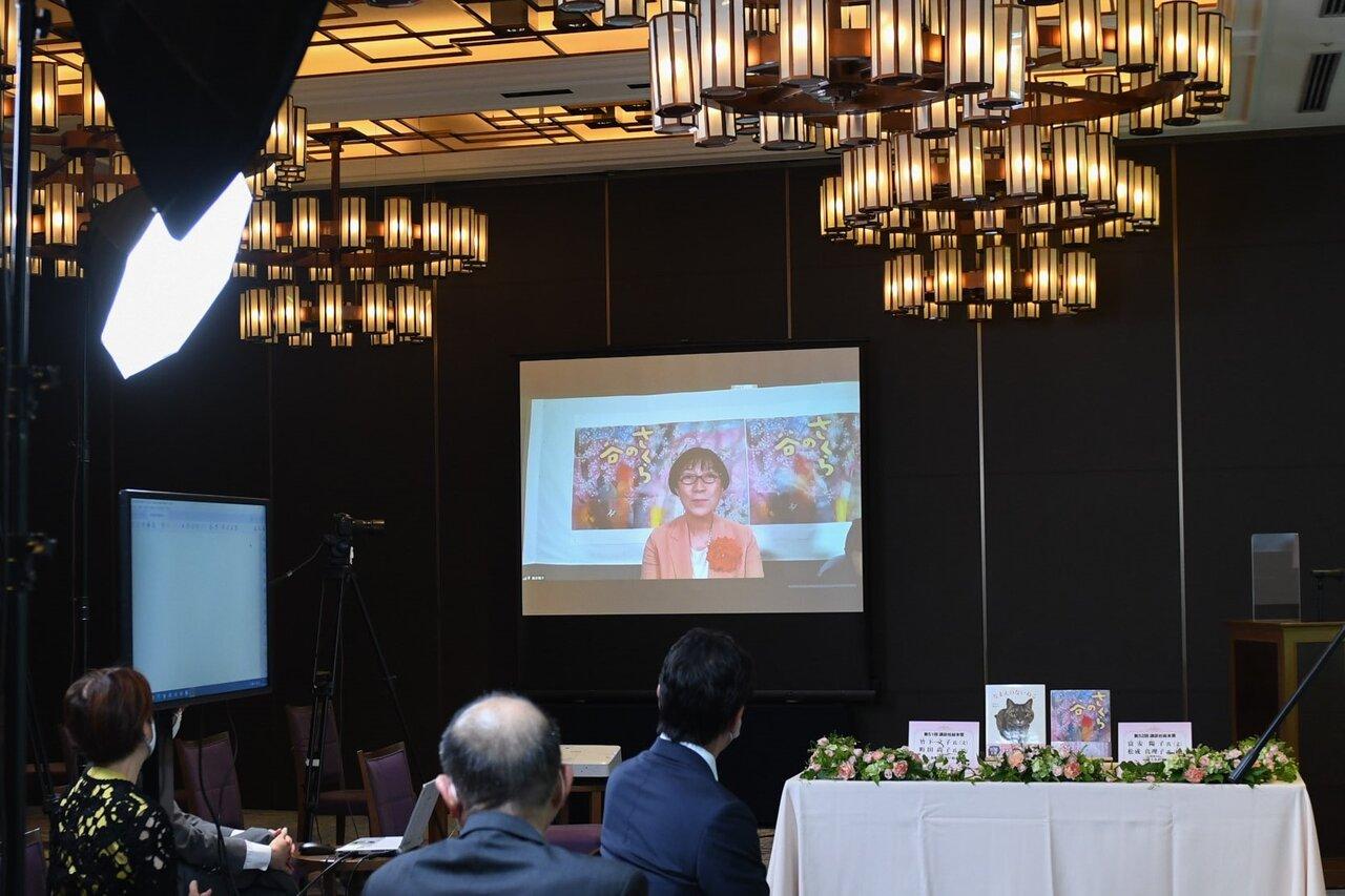 都内のホテルで、初のリモートで開催された贈呈式。<br> 受賞者と選考委員の先生方は、ご自宅などからのご参加でした。<br> 受賞の言葉をお話する富安陽子氏。