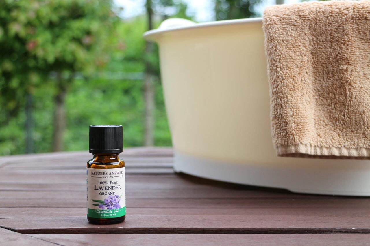 """あたたかいお風呂にも、冷たい水とでも、はたまたお掃除にまでも使えて便利なラベンダー精油。この夏は香りでゆったりスッキリ、快適に。  <small class=""""font-small"""">写真:森國美代</small>"""