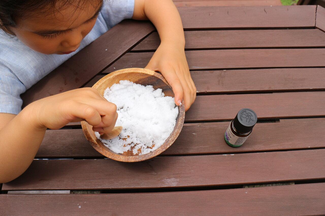"""バスソルトを作っているときから良い香りが漂います。子どもと一緒に「いいにおいだね」と楽しんで。  <small class=""""font-small"""">写真:森國美代</small>"""