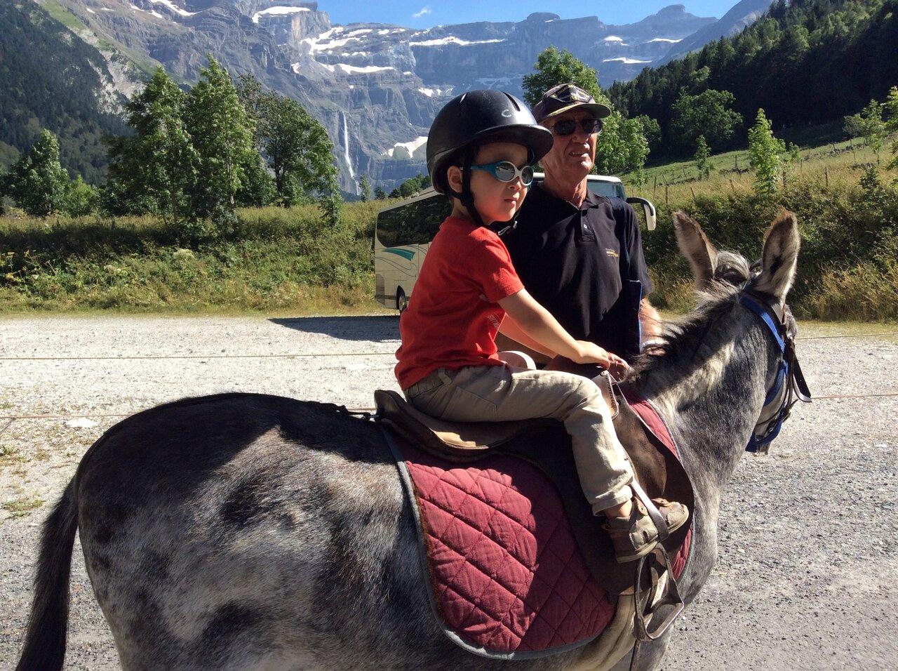 5歳の頃の直人くん。ピレネー山脈の麓にて。ロバさんに乗ってご満悦の様子。  写真提供:ダヴィエ佐知子