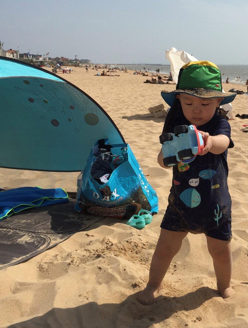 2歳頃の直人くん。パパの地元、大西洋岸の海辺にて初めての海水浴。「でも海より砂遊びに夢中でした」(佐知子さん)。  写真提供:ダヴィエ佐知子