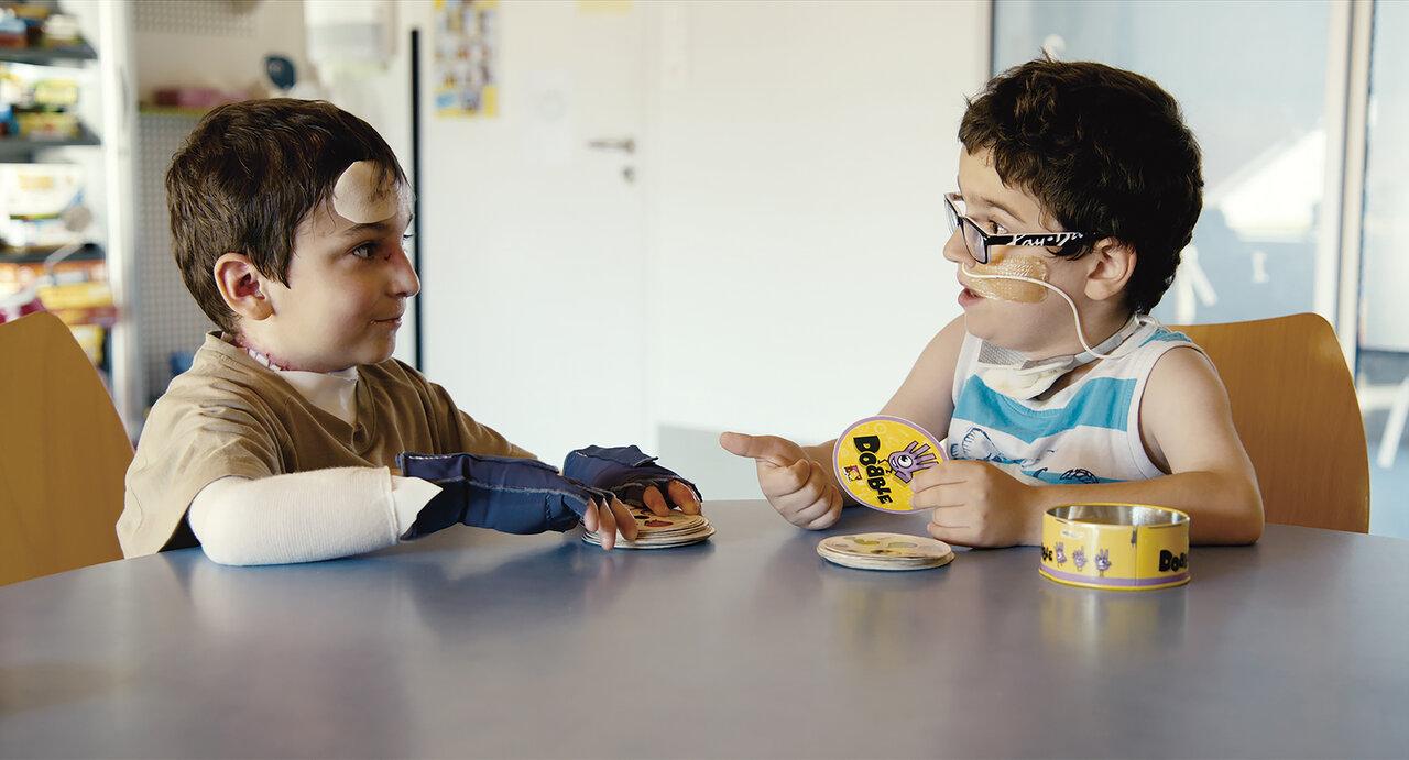 遺伝性の皮膚病を患うシャルル(左)とジェゾン(右)は闘病生活を通して友情を育んでいく。  画像提供:ドマ
