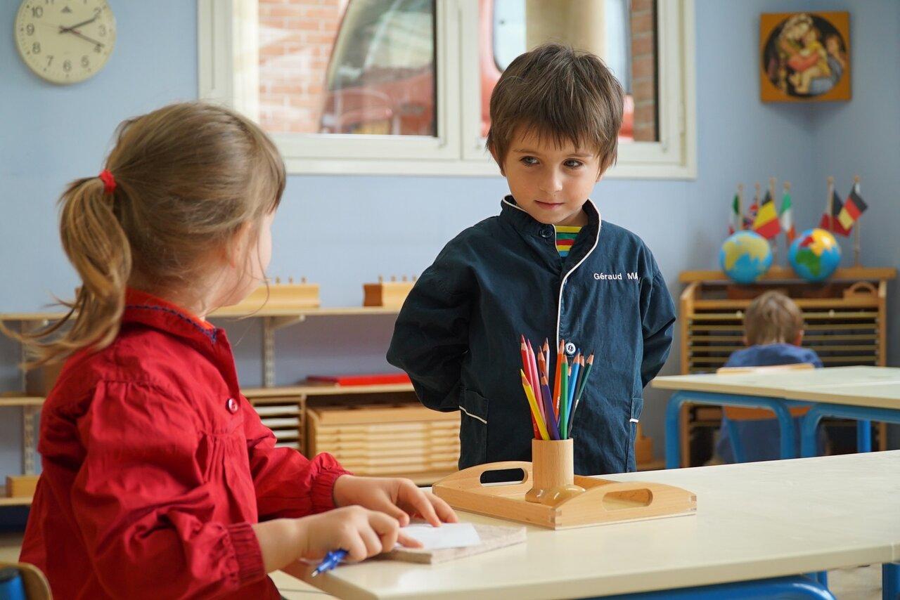 """教室を探検する4歳のジェロは他の子どもがしている""""お仕事""""を観察。  画像提供:スターサンズ<br>"""