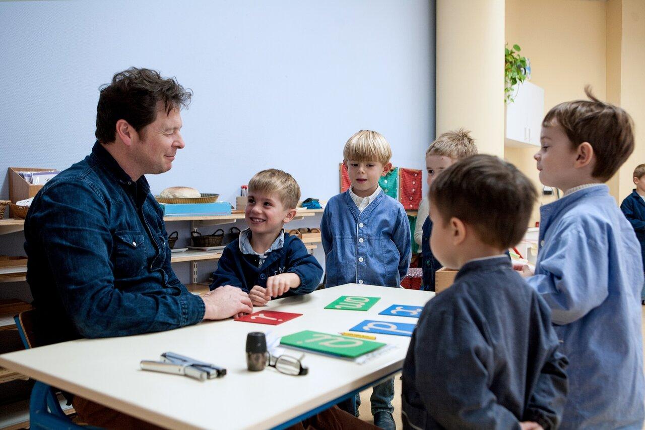 モンテッソーリ学校の教育者が大切にしているのは、子どもたちを観察すること。  画像提供:スターサンズ