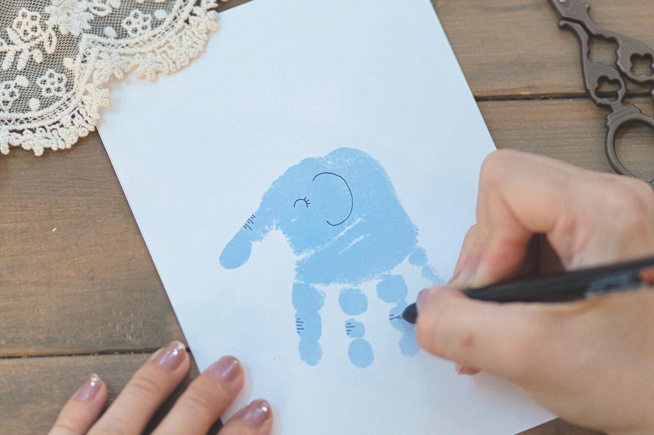 ③黒ペンで親指以外の指の第二関節部分にしわとひづめ、手のひらの右側にしっぽを描く。しわはランダムに、長短をつけて描くとよりゾウさんらしく。  撮影:瀬野未知