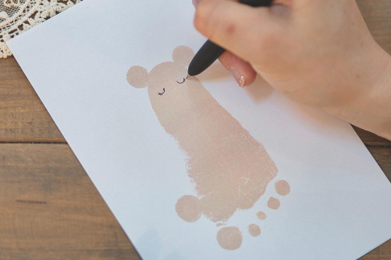 ③黒ペンでかかと部分に目を描く。  写真:瀬野未知