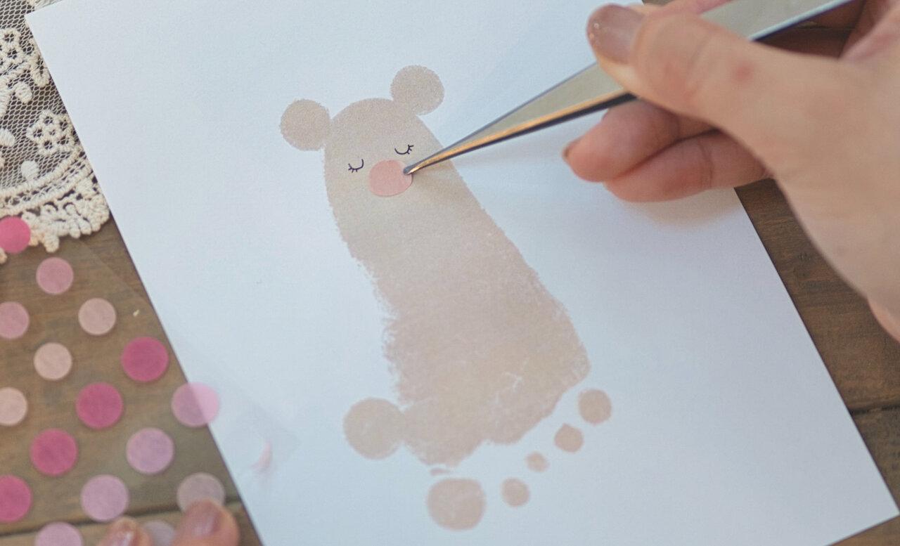 ④小さな円形にカットしたシールを貼り、鼻口部を作る。  撮影:瀬野未知