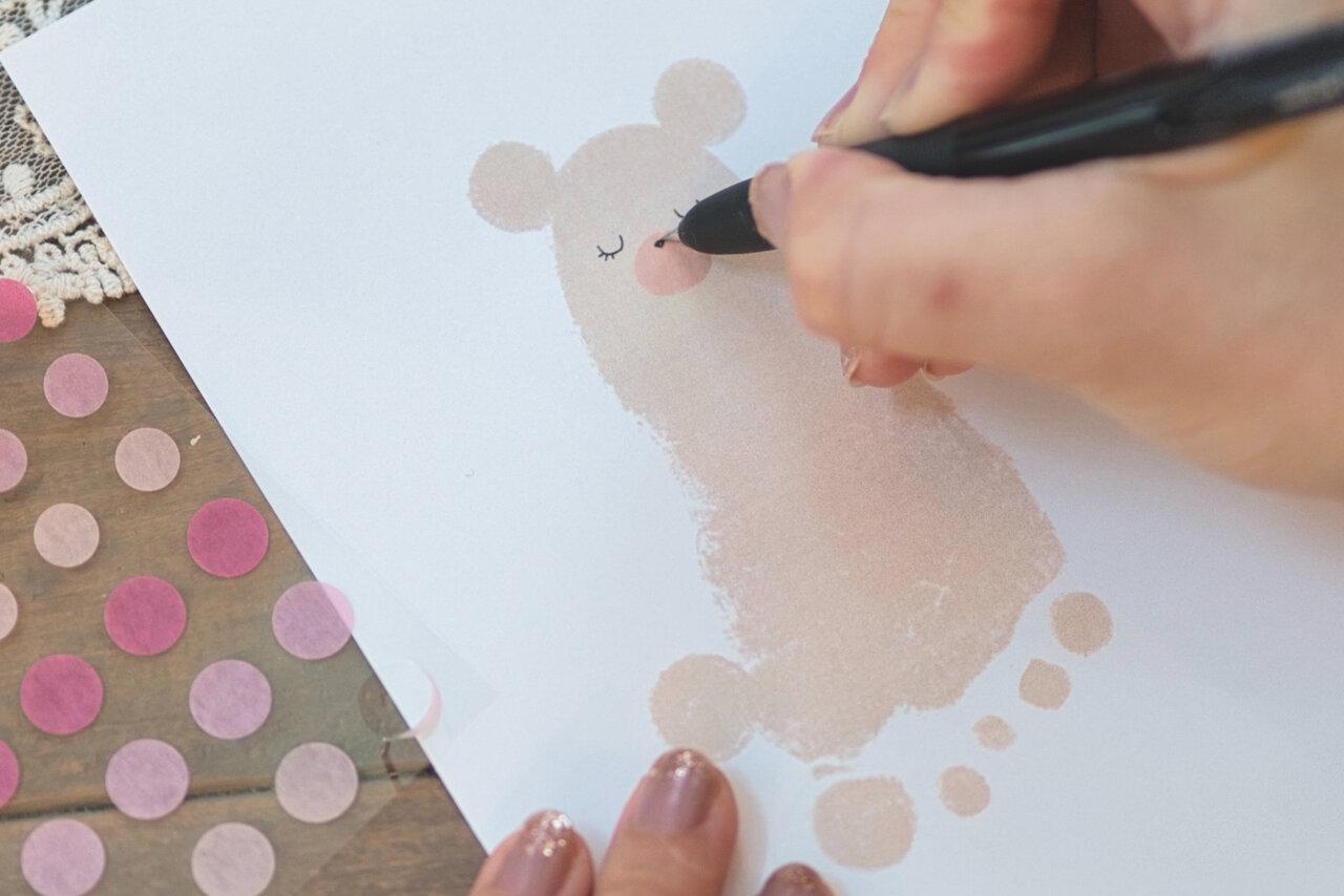 ⑤黒ペンで鼻口部に鼻を描く(写真右)。  写真:瀬野未知