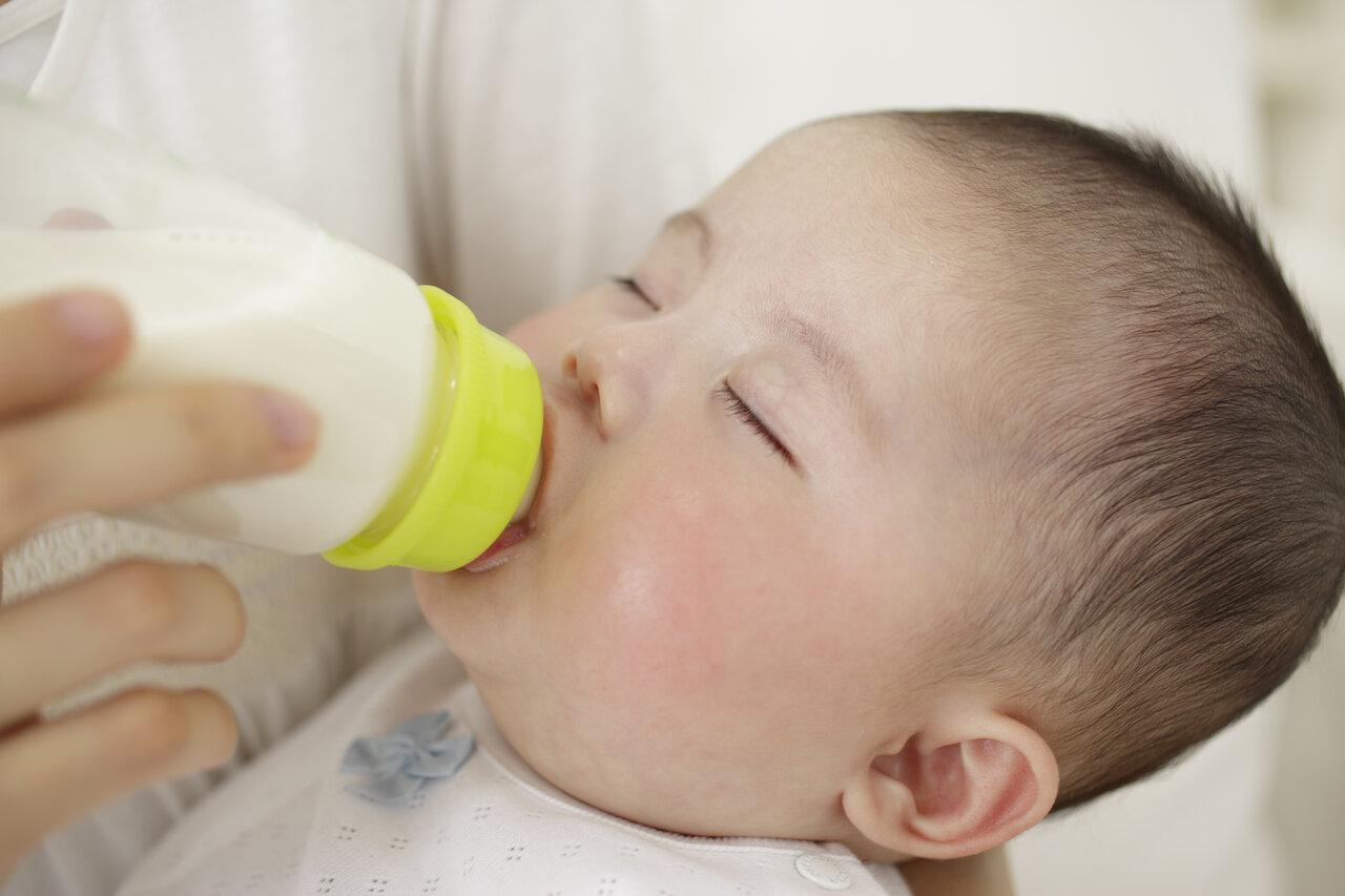 授乳中は赤ちゃんとパパママとの心を通わせる方法のひとつ。  写真:アフロ
