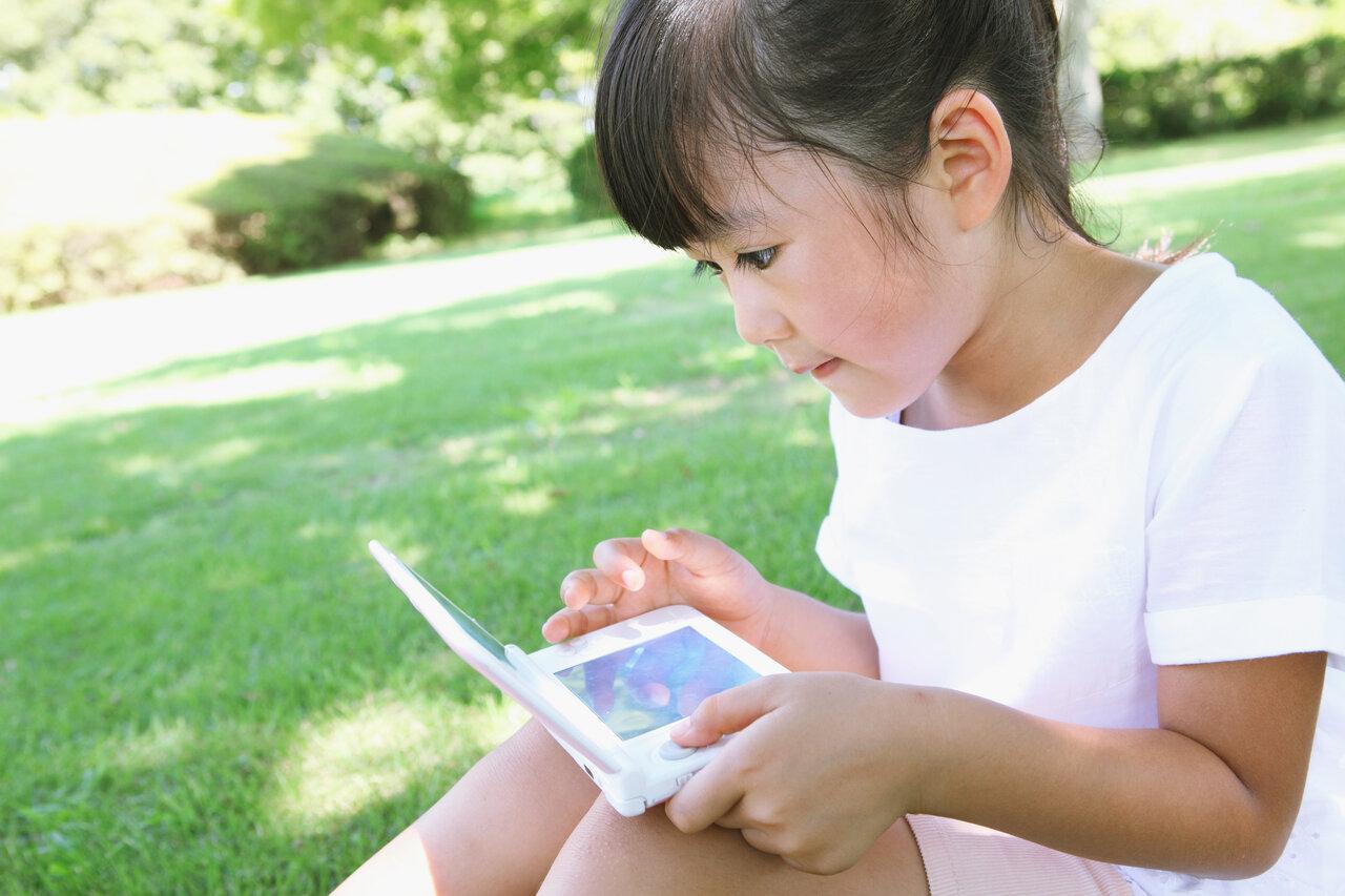 長時間のゲームや動画視聴が健やかな成長のさまたげになることも。  写真:アフロ