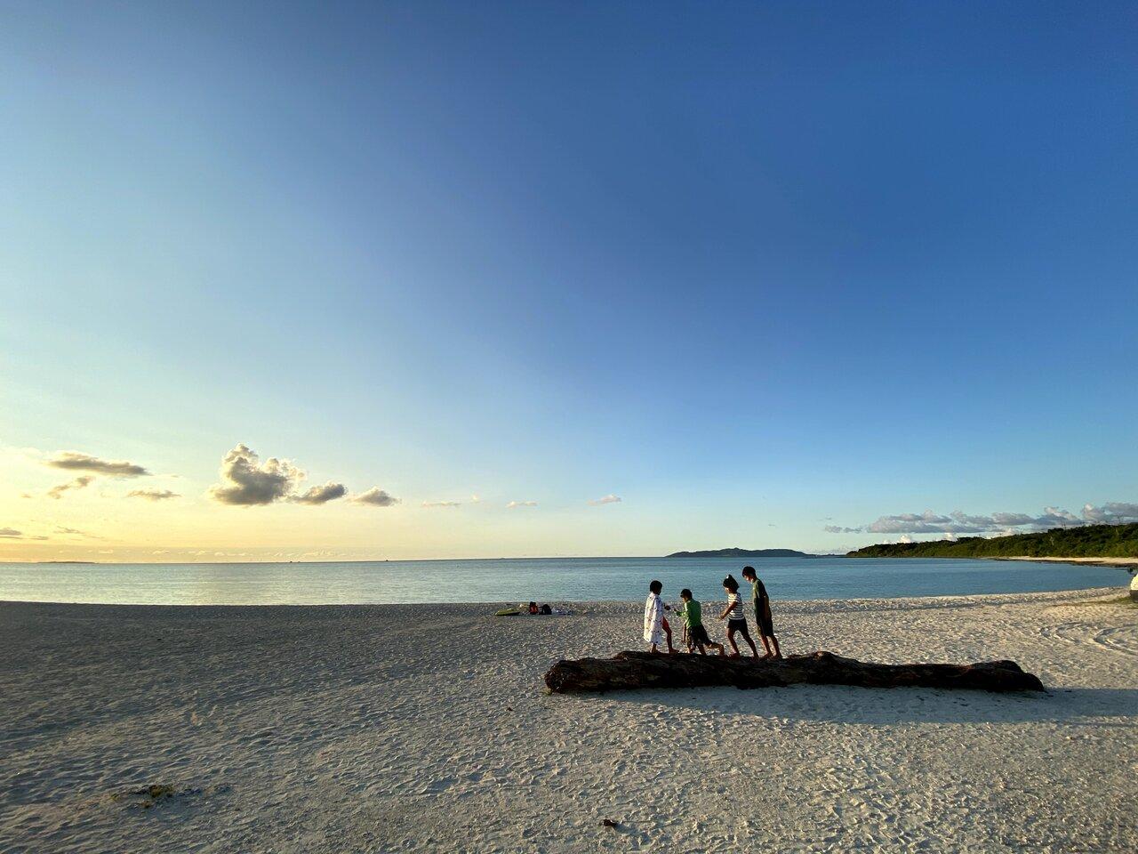 """石垣港行きの最終フェリーが出た後の夕方の海。島の人がほとんどの静かな島に一変。ほぼ貸し切りで遊べることもあります。  <small class=""""font-small"""">写真提供:片岡由衣</small>"""
