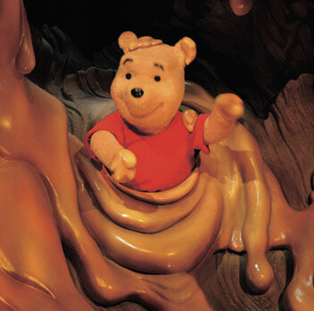 """<small class=""""font-small""""><big class=""""font-big"""">©Disney. Based on the """"Winnie the Pooh"""" works, by A.A Milne and E.H Shepard.</big></small><br> <br> やっぱり、プーさんは、はちみつが大好き! この笑顔を見たら、イヤなことも心配ごとも忘れちゃいますね。"""
