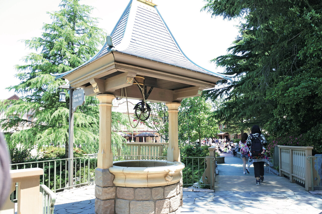 """<small class=""""font-small""""><big class=""""font-big"""">©Disney</big></small><br> <br> 「願いの井戸」Wishing Well:幸せを願った白雪姫。あなたの願いは?"""