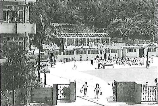 当時の台北日本人学校の写真。アパートを買い上げて改装した校舎で、1フロアー2部屋しかない建物が点在していた。<br> (出典 昭和58年台北日本人学校校舎落成記念誌)