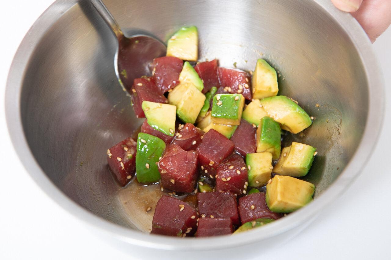②ボウルにマグロ、アボカド、Aの調味料を入れて混ぜる。うどんを皿に盛り、和えたマグロをのせて、青ねぎ、卵黄をトッピングする。  撮影:森﨑一寿美