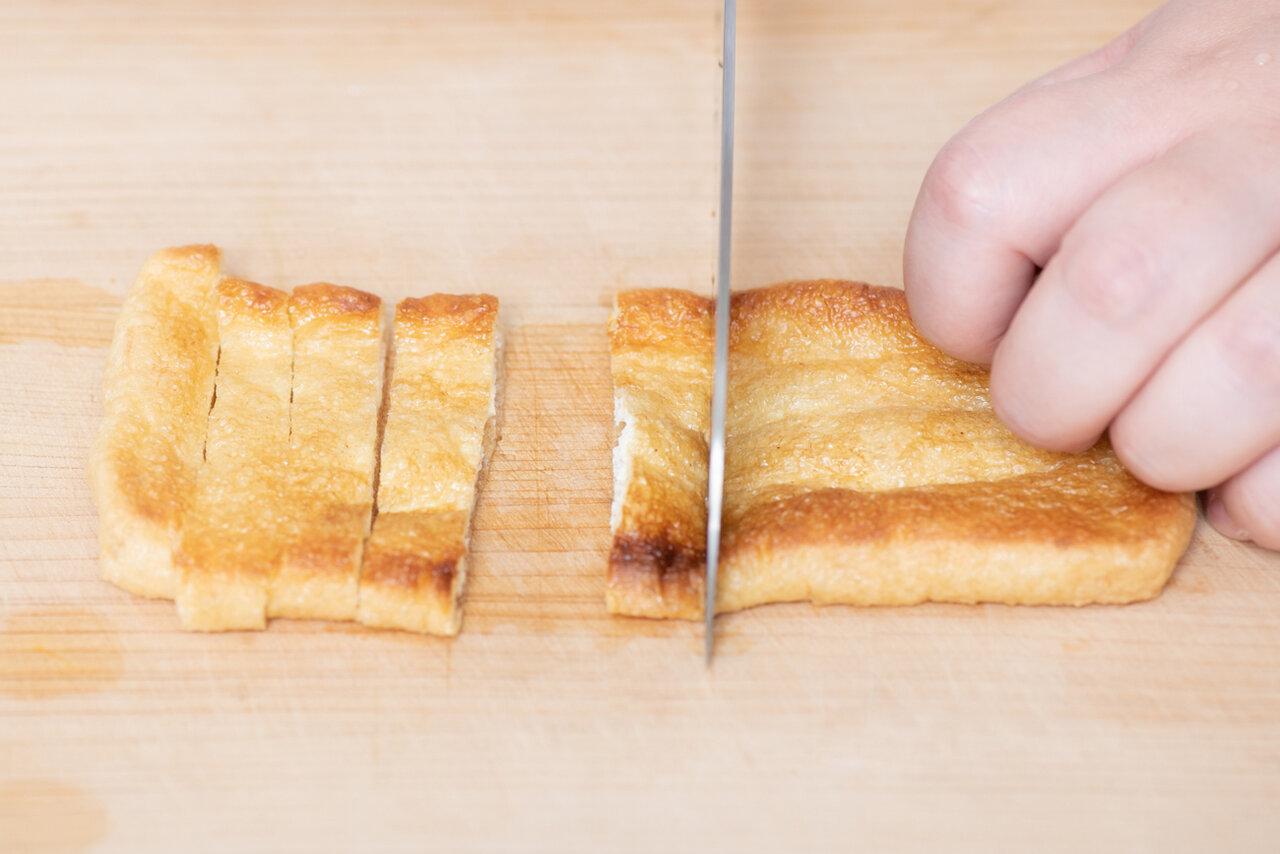 ③スパゲティを茹でている間に、油揚げをオーブントースターで4~5分焼き、1㎝幅に切る。  撮影:森﨑一寿美