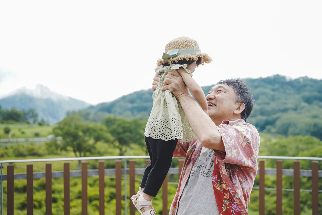 """孫・F菜と一緒に牧場へ。元気にF菜と遊ぶため、ジイジは(ゆるーく)ダイエットを始めました。いつまでも軽やかに抱っこできるジイジでいたいのです。  <small class=""""font-small"""">写真:おおしたなつか</small>"""