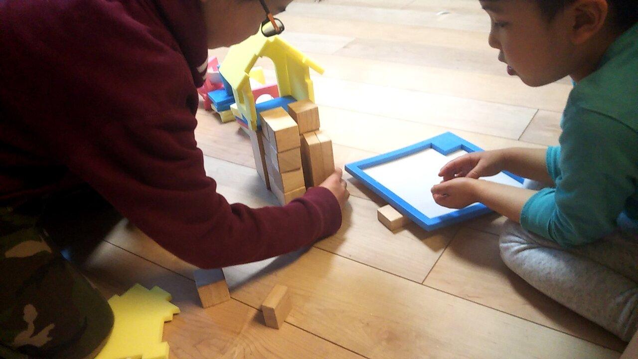 入学準備クラス・入学応用クラス<br> 使用教具「お家づくり」「線つみ木」「形チップ」<br>