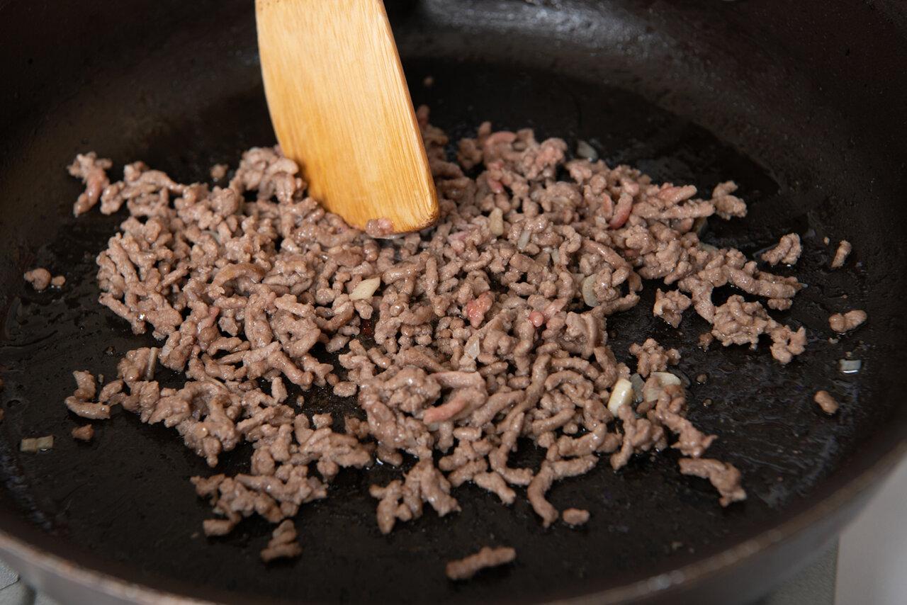 ②フライパンにオリーブオイルを熱し、にんにくを入れる。香りが出たら、牛豚合いびき肉を入れて炒め、色が変わったら、Aの調味料を加えてさらに炒める。  撮影:森﨑一寿美