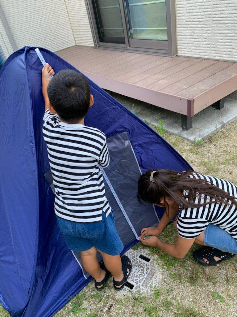 大きなテント。姉弟で力を合わせて測ってみよう!
