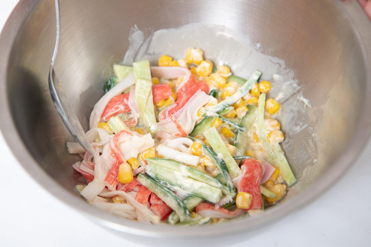 ②ボウルに①、汁気を切ったコーン、Aの調味料を入れてよく混ぜる。  撮影:森﨑一寿美