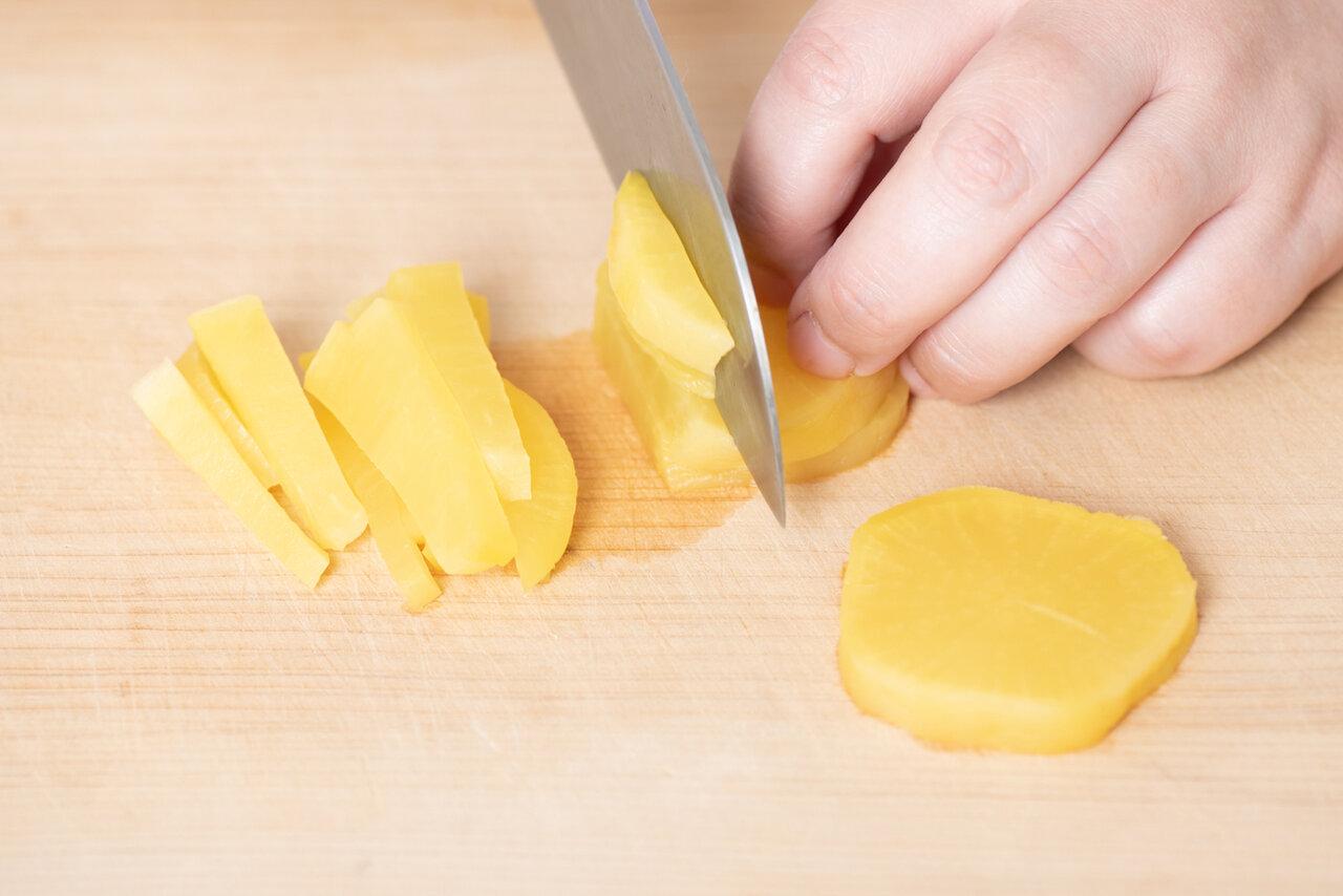 ①かまぼことたくあんは食べやすい大きさに切る。  撮影:森﨑一寿美