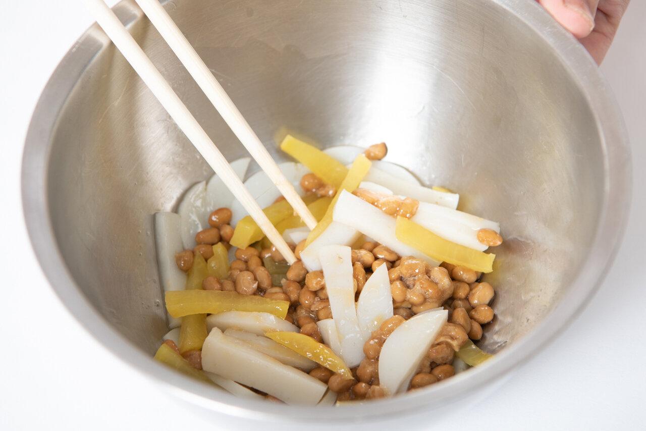 ②ボウルに納豆、①、めんつゆを入れてよく混ぜる。  撮影:森﨑一寿美