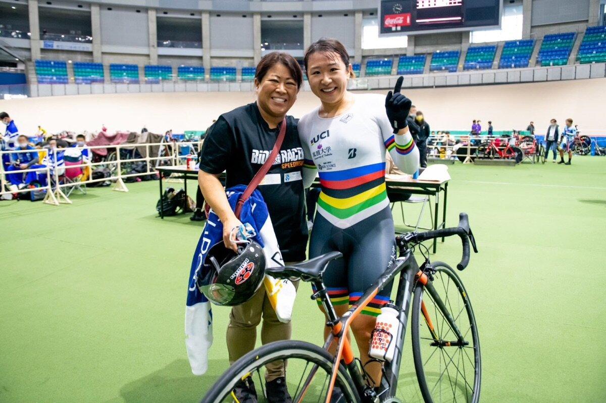 """自転車競技、<a href=""""https://www.yumi-kajihara.com"""" class=""""default-link"""" target=""""_blank"""" rel=""""nofollow"""">梶原悠未選手</a>と母の有里さん。写真:梶原有里さん提供<br> <br>"""