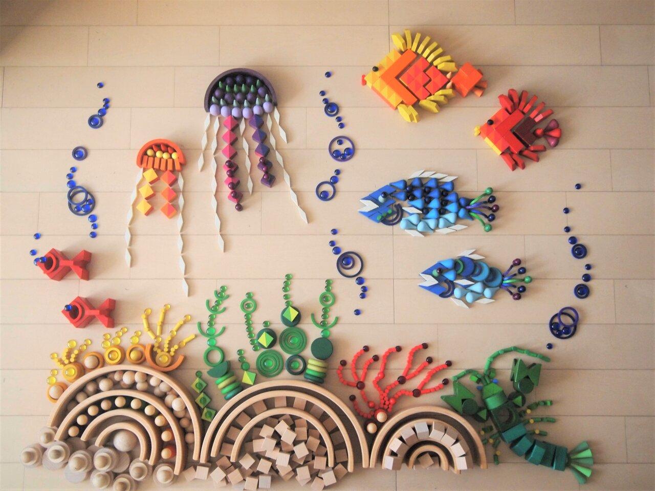 """「水族館」がテーマの作品。積み木やおはじきなどを使って作られた。  <small class=""""font-small"""">写真提供:髙木美晴</small>"""