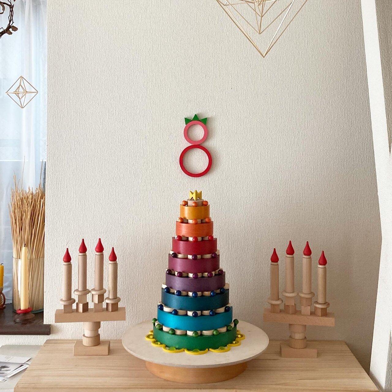 """娘たちの8歳の誕生日に作った積み木のバースデーケーキ。数字も、ケーキも、キャンドルも、複数の積み木を組み合わせて積み上げられた。 <small class=""""font-small"""">写真提供:髙木美晴</small>"""