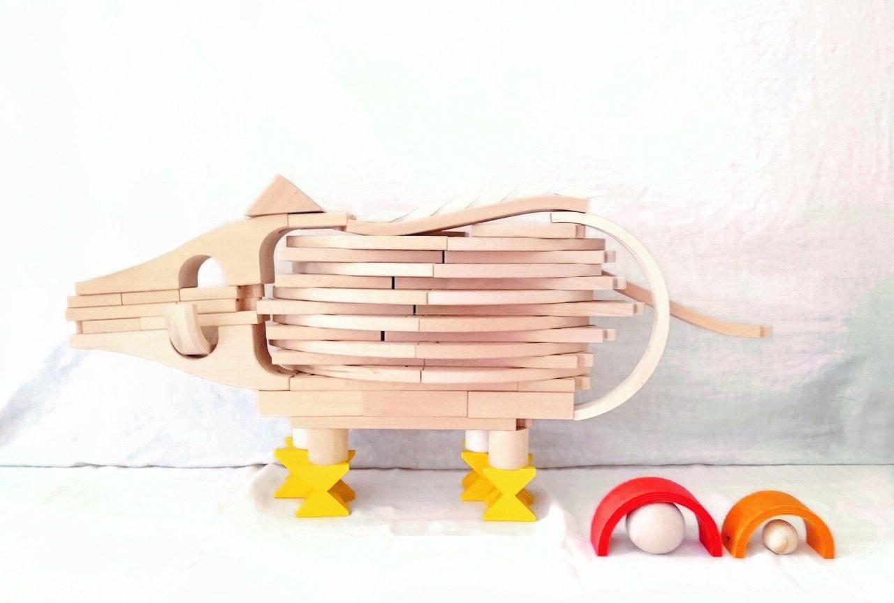 """積み木のイノシシは、頭とおしりの部分に木製の電車レールを使用。用途にとらわれず自由な発想で作っている。 <small class=""""font-small"""">写真提供:髙木美晴</small><small class=""""font-small""""></small>"""