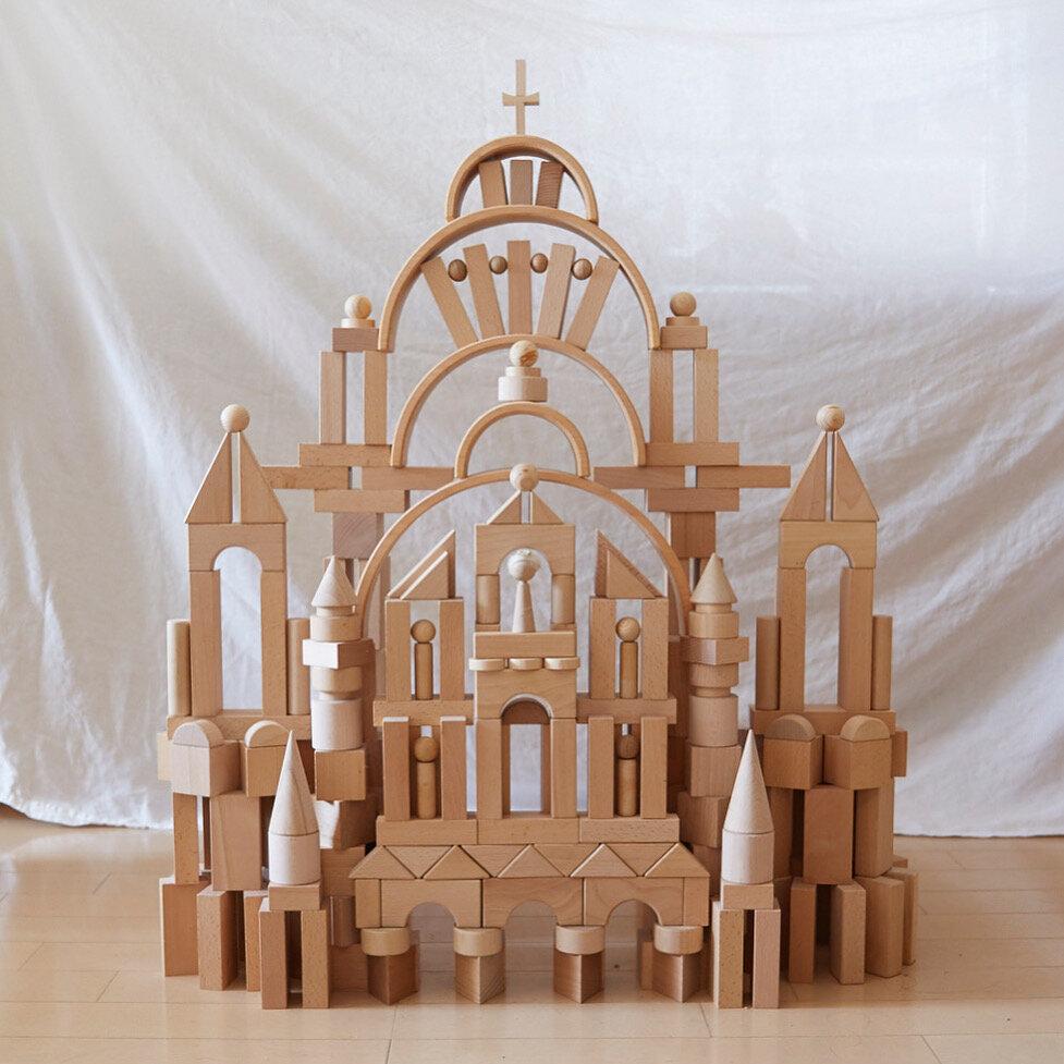 """白木の積み木のみで作った『教会』。カラフルな積み木も魅力ですが、白木の凛としたたたずまいも好きだと髙木さんは話します。  <small class=""""font-small"""">写真提供:髙木美晴</small>"""