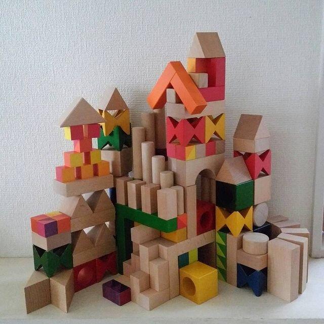 """髙木さんは複数のメーカーの積み木を混ぜて使用。写真は5センチ基尺の積み木を積み上げたもの。「基尺選びは私も迷いました。大きいものは重くてかさばりますが、安定感があり倒れにくく、ダイナミックに遊べ比較的にすぐ達成感を得られます。小さなものは量を集めやすく、細やかな表現を作り込みやすいです」(髙木さん)  <small class=""""font-small"""">写真提供:髙木美晴</small>"""