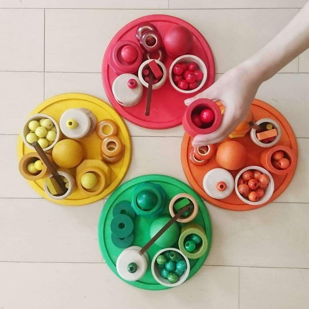 """せなちゃん・さよちゃんが7歳のときの遊び。カップには木製ビーズなどの細かいおもちゃが詰められています。  <small class=""""font-small"""">写真提供:髙木美晴</small>"""