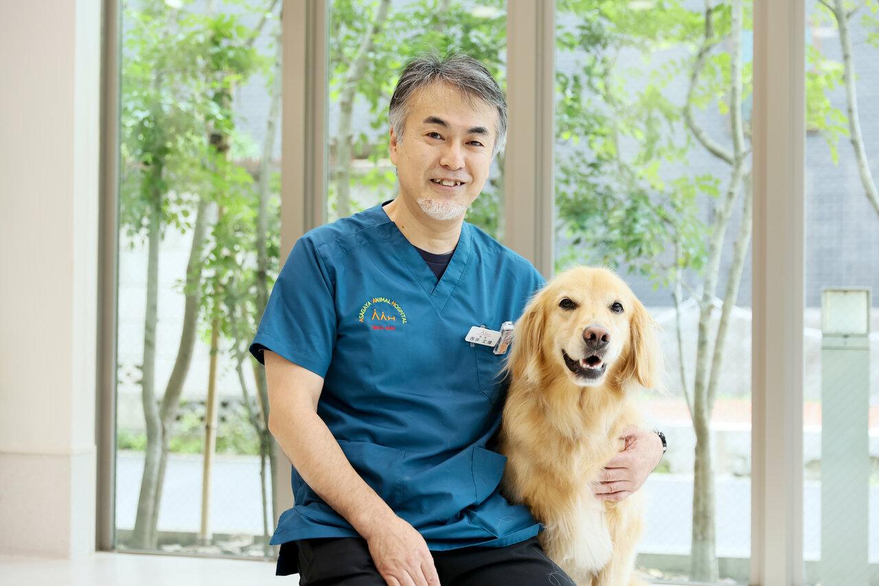 """生まれたときから犬と一緒に暮らしていたという、『阿佐ヶ谷動物病院』院長で獣医師の西井丈博先生。愛犬は、ゴールデン・レトリーバーのリュック。<br> <small class=""""font-small"""">写真:村田克己</small>"""