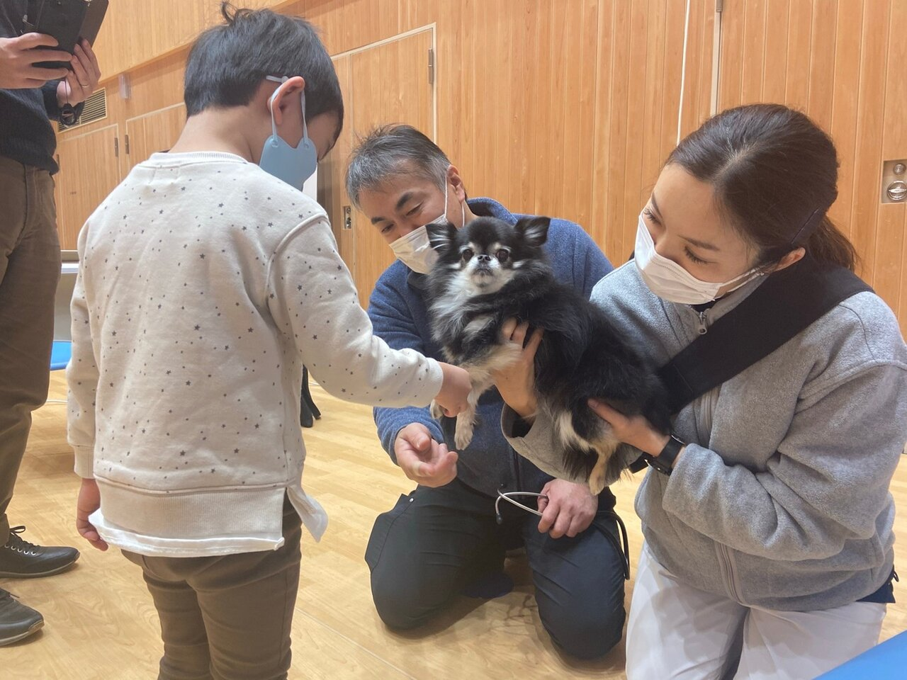 """NPO法人ワンコレクションの活動として、保育園や小学校などで""""動物の授業""""を行っている西井先生。「犬の触り方をレクチャーしたり、聴診器で心臓の音を聴かせたり。子どもたちに命の大切さや共感性を学んでもらっています」(西井先生)。<br> <small class=""""font-small"""">写真提供:NPO法人ワンコレクション</small>"""