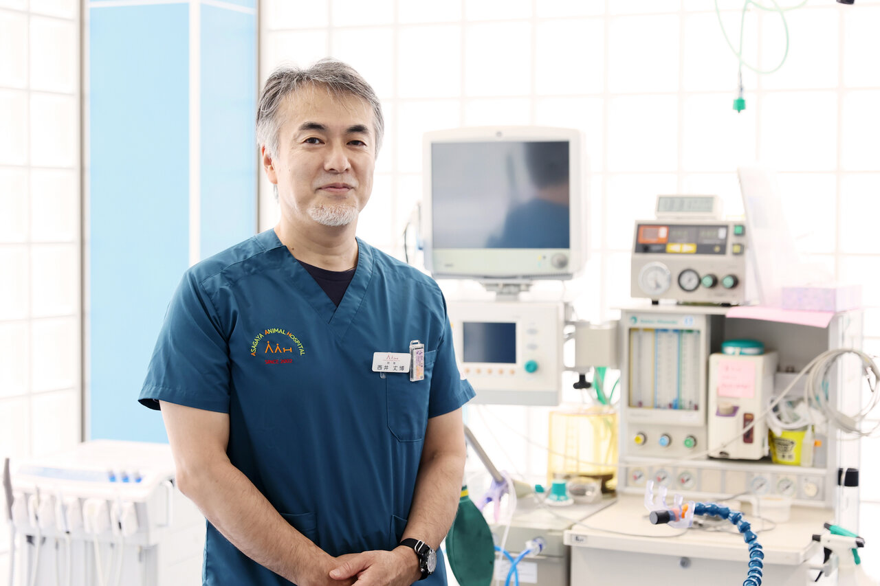 """『阿佐ヶ谷動物病院』は3フロアの構成で、手術室も完備。診察では飼い主とコミュニケーションをはかり、しっかり話を聞くことを心掛けていると言います。 <small class=""""font-small"""">写真:村田克己</small>"""