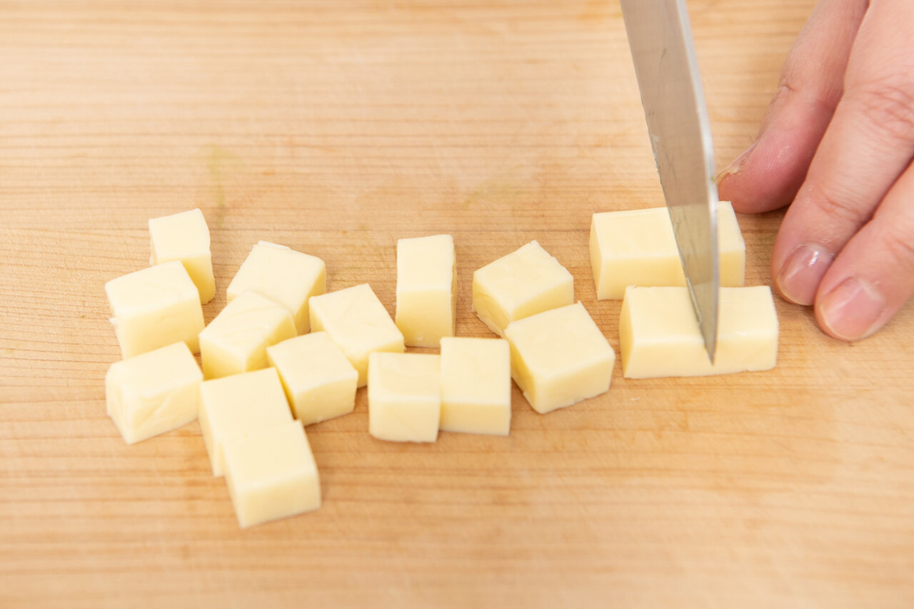 ①プロセスチーズ、きゅうりは1㎝角の角切り、ちくわは1㎝幅に切る。 撮影:森﨑一寿美