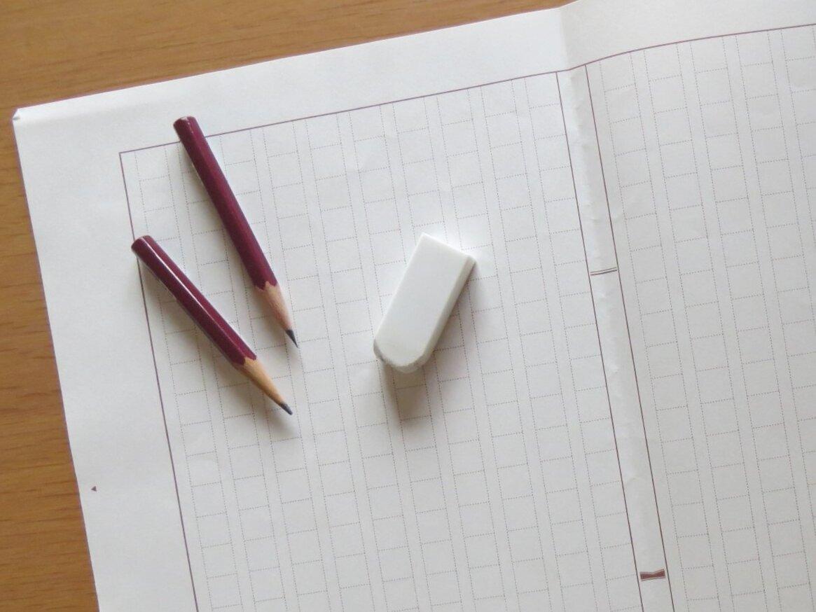 """低学年の子どもにとっては、原稿用紙を埋めるだけでもひと仕事! せっかく手間ひまかけて書く読書感想文、やりすごすだけでなく、いろいろな力が身につく方法を知りたいですね。<br> <small class=""""font-small"""">(イメージ写真/photoAC)</small><br>"""