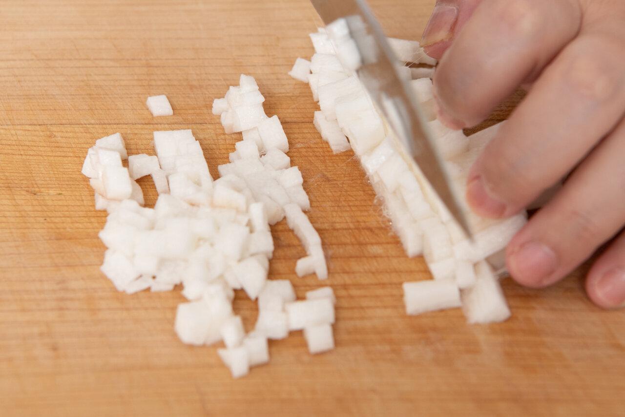 ①きゅうり、長いも、青じそはみじん切りにする。おくらは塩(材料外)で板ずりしてから水洗いをして、ヘタとガクを取り除いて薄い小口切りにする。  撮影:森﨑一寿美