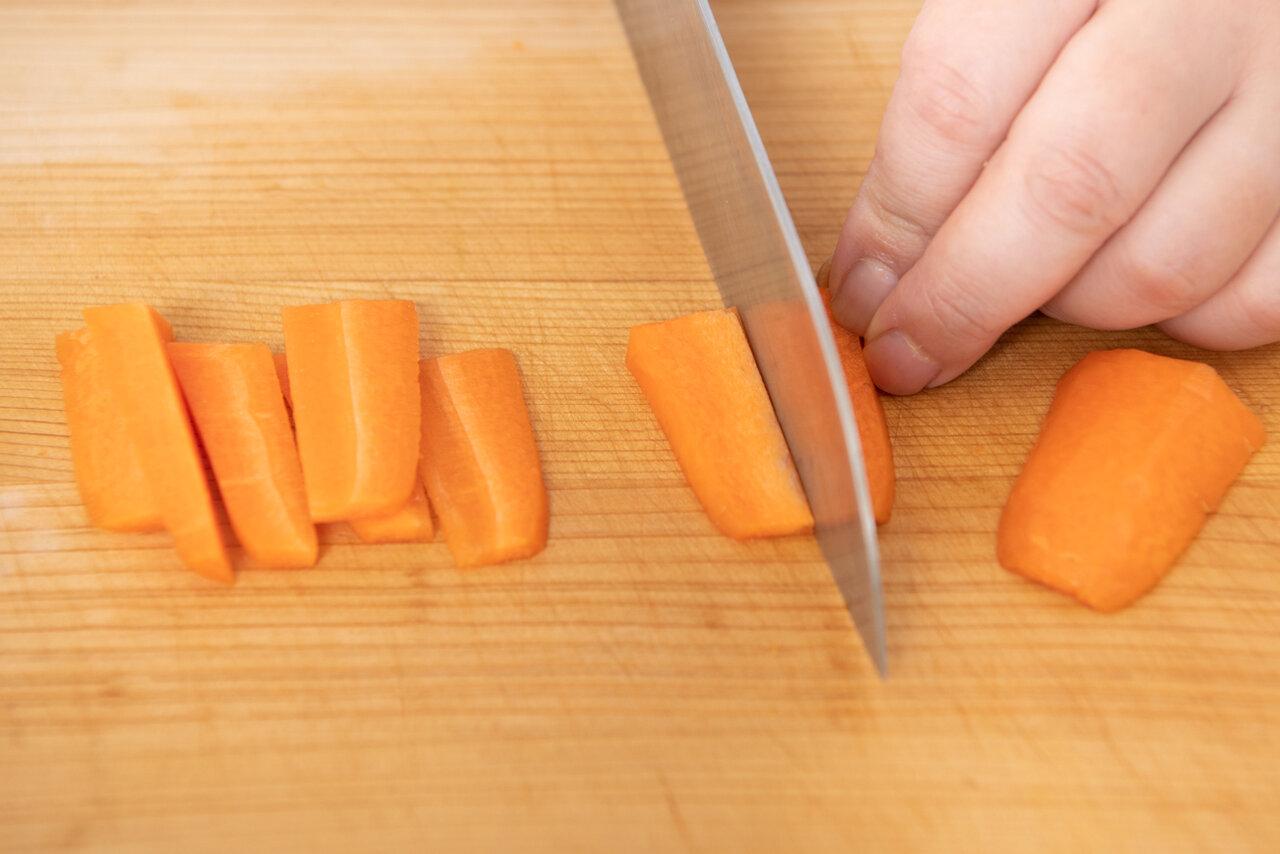 ①にんじんは短冊切りにする。 撮影:森﨑一寿美