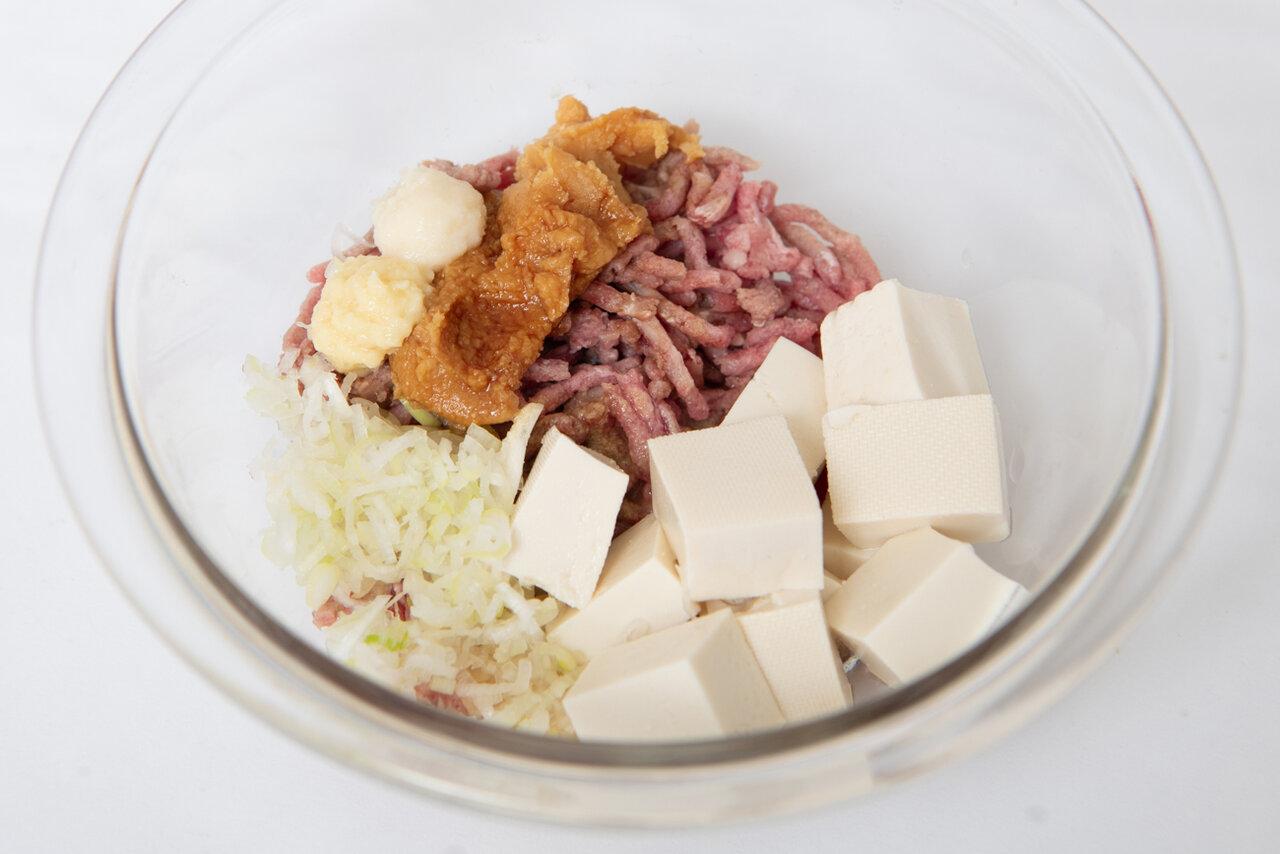 ①長ねぎはみじん切り、豆腐は3㎝角に切る。耐熱容器に長ねぎ、豆腐、豚ひき肉、Aの調味料を入れて、豆腐をくずさないように混ぜたら、ラップをふんわりとかける。600Wの電子レンジで6分加熱し、取り出す。  撮影:森﨑一寿美