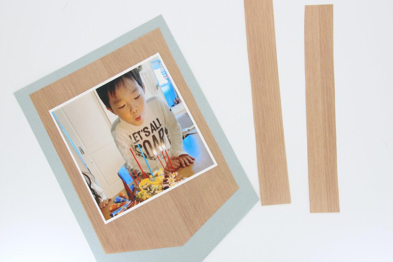 ②おりがみの余った部分を縦半分に切って、約2㎝幅の短冊を2本作ります。  撮影:川上純子