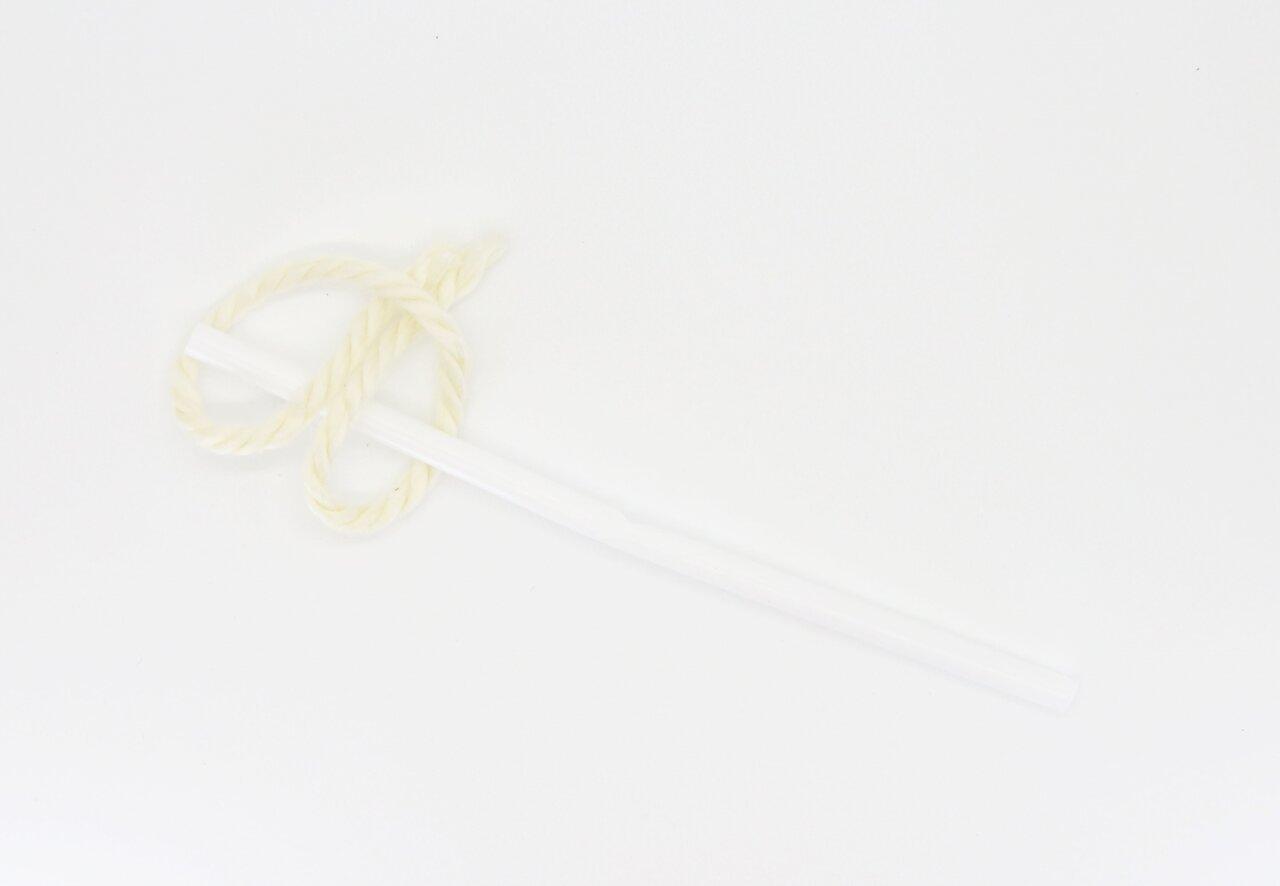 ⑨輪の部分に両端を通し、ストローから外れないよう、押さえながらロープ糸を引き抜いていきます。  撮影:川上純子